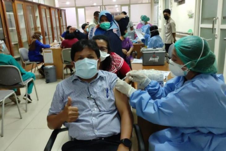 Health workers receive third vaccine dose in Medan