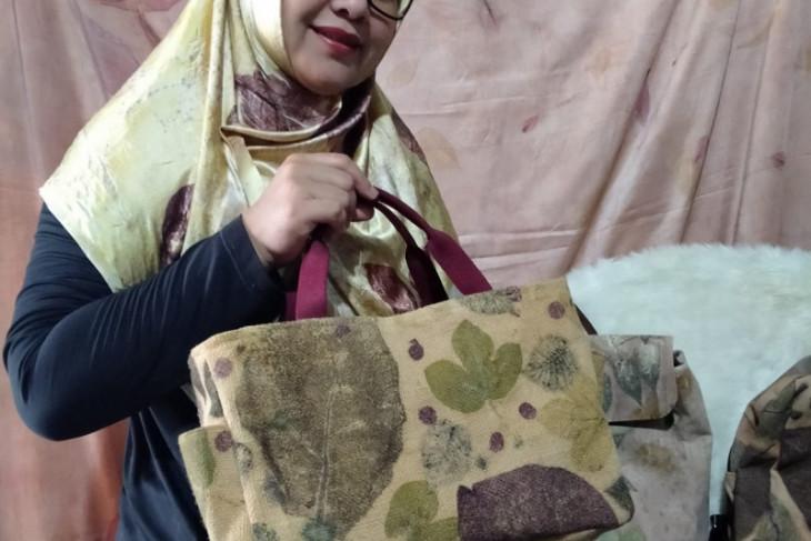 Tampil beda dengan ecoprint 'Warna Dedaunan' milik pengrajin Bungo
