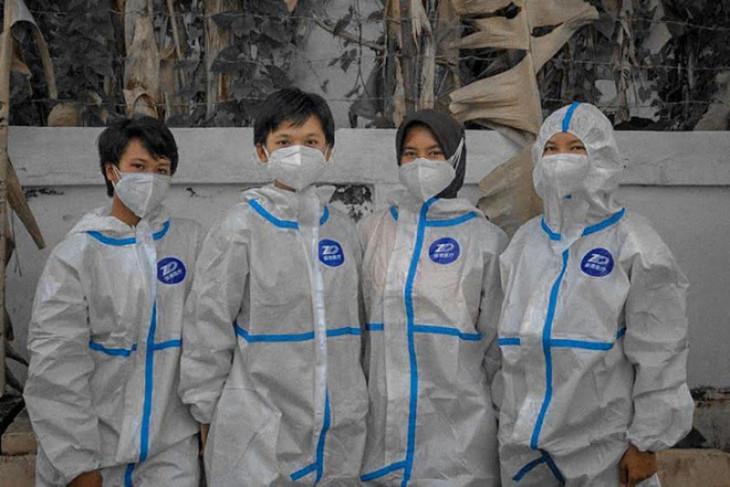 Policewomen help bury deceased COVID-19 patients in Palangka Raya