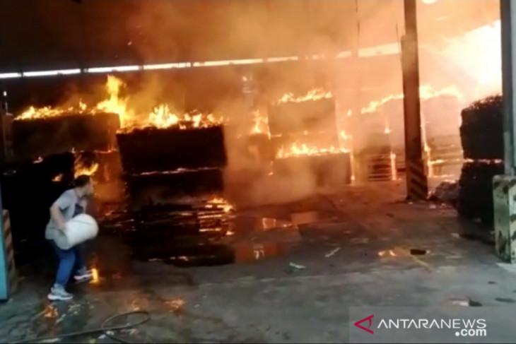 Dua gudang triplek di Kabupaten  Tangerang hangus terbakar