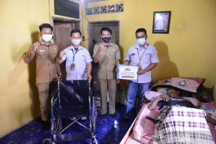 PT Timah Serahkan Dua Kursi Roda untuk Warga Bangka Tengah