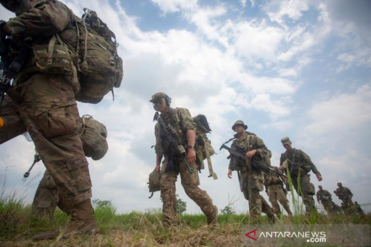Kasad dan Komandan USARPAC menyematkan 569 Wing Terjun Garuda Airborne