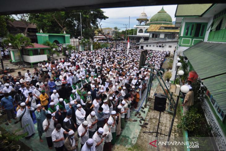 Puluhan ribu umat Islam shalatkan jenazah Habib Saggaf