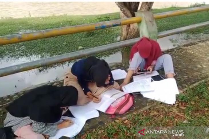 Siswa di Kinal Kaur belajar di pinggir sungai demi sinyal internet