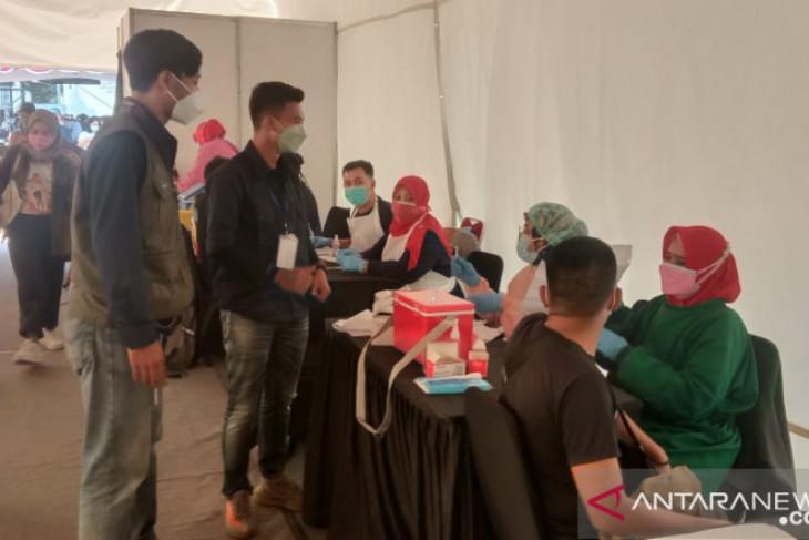 Program vaksinasi massal di Karawang terkendala stok vaksin dan server down