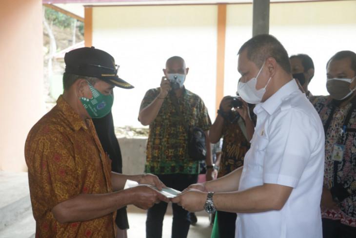 Bupati Paser serahkan sertifikat tanah di Kecamatan Long Kali