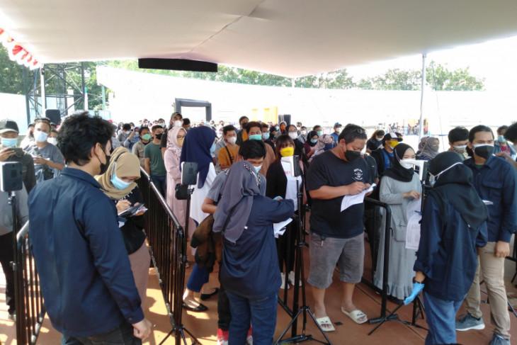 Panitia Vaksinasi BPBD Jabar di Karawang akui sempat terjadi kerumunan