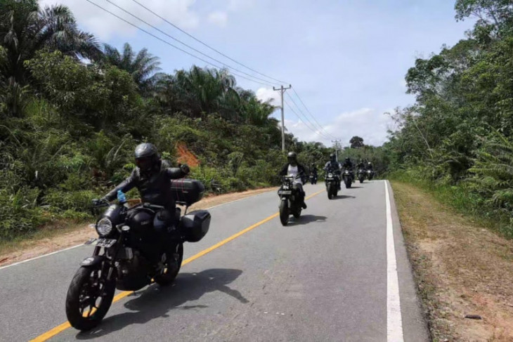 Biker XSR 155 Taklukan Alam Menantang Kalimantan