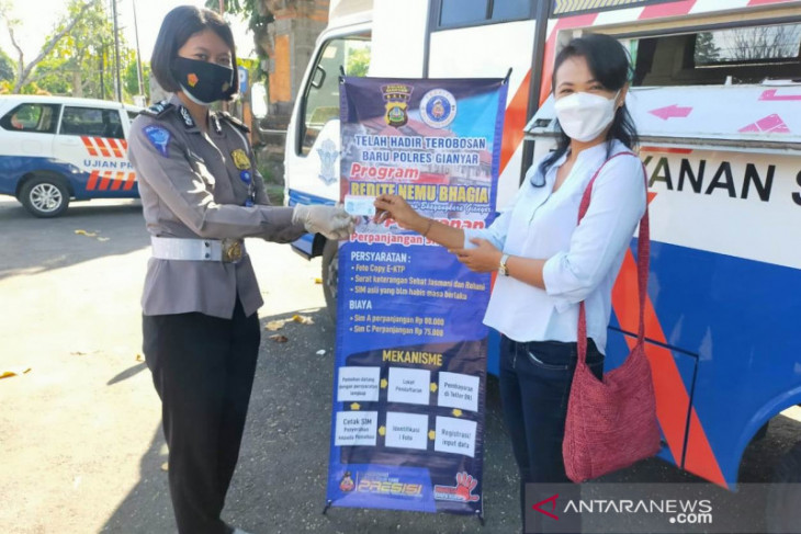 Petugas Samsat Polres Gianyar harus layani masyarakat dengan ramah
