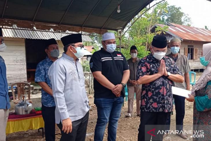 Bupati dan Wabup HSS bertakziah ke rumah duka Almarhum Ayub