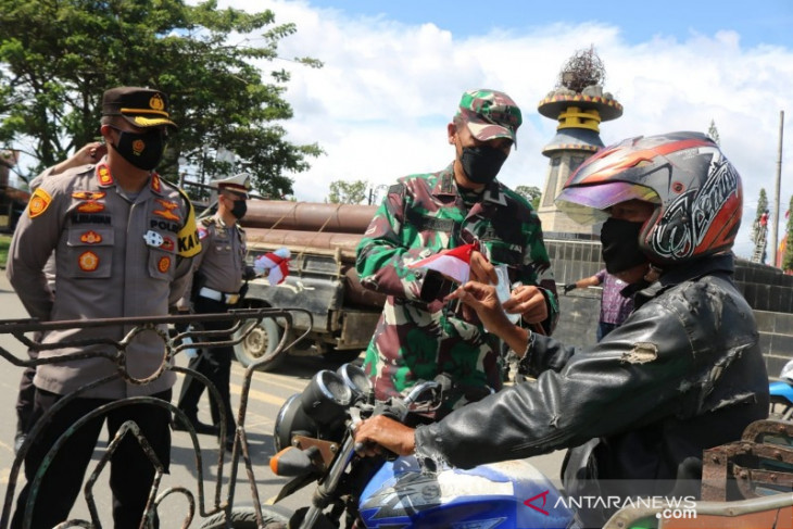 Polres-Kodim bagikan bendera dan masker  kepada masyarakat di Gunungsitoli