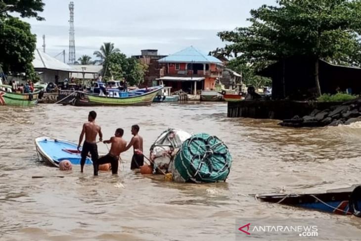 Nelayan mengapung di laut dengan fiber kapal yang hancur tertabrak