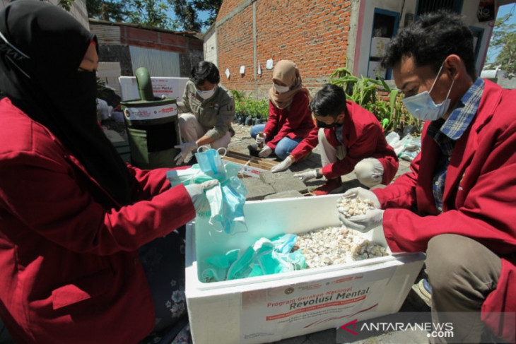 UMSurabaya ajari warga pesisir olah limbah masker dan cangkang jadi paving