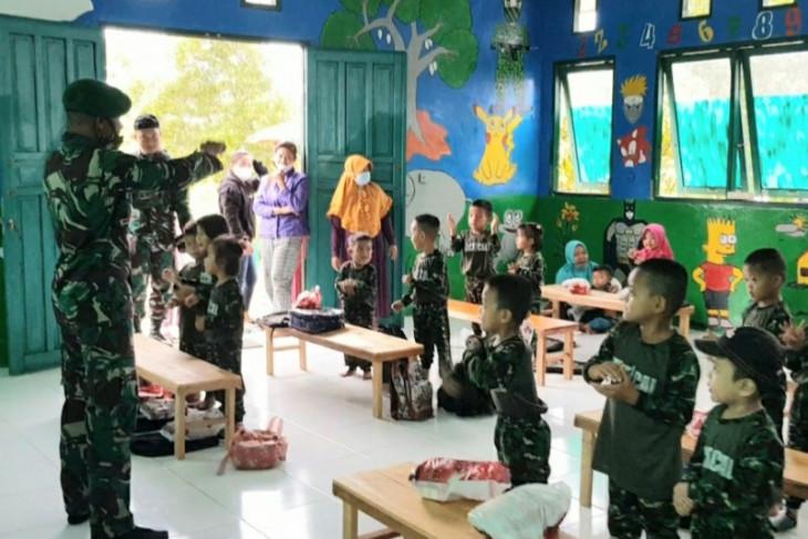 Satgas Pamtas TNI beri seragam sekolah PAUD di perbatasan