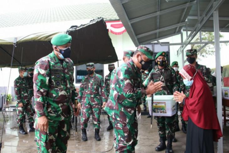 TNI-AD bagi sebanyak 150 paket sembako warga terdampak COVID-19 di Singkawang