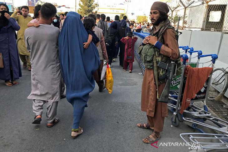 Ratusan orang tinggalkan Afganistan, lima tewas di bandara Kabul