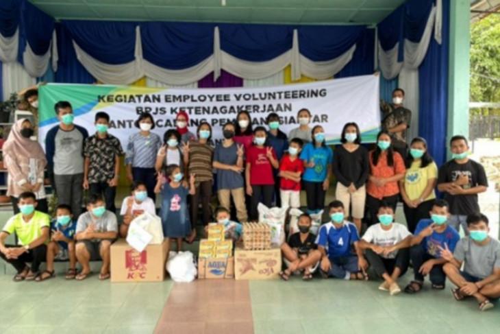 BPJamsostek Pematangsiantar bagi sembako ke Panti Asuhan Zarfat HKI