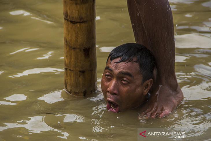 Lomba Panjat Pinang Di Sungai Martapura