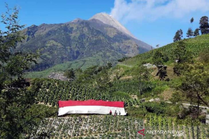 Merah Putih dibentangkan di lereng Merbabu-Merapi pada HUT RI