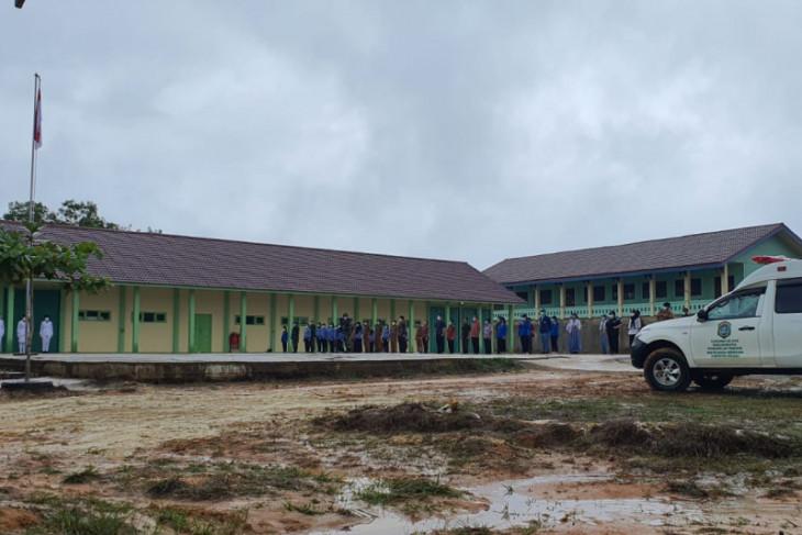 Upacara HUT RI di Tapang Pulau sempat terhenti karena hujan