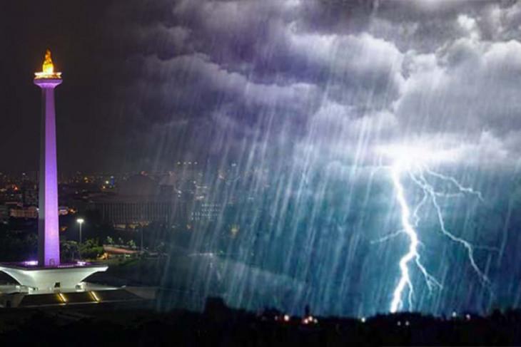 Sejumlah wilayah di Jakarta berpotensi hujan disertai petir jelang malam