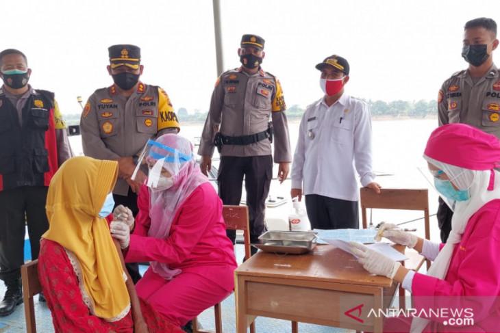 Polres Muarojambi gelar vaksinasi warga desa di pinggiran Sungai Batanghari