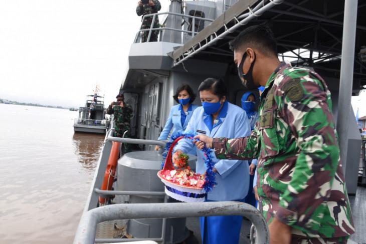 Para istri TNI AL Lantamal XII lakukan tabur bungaPeringati HUT ke-75 Jalasenastri