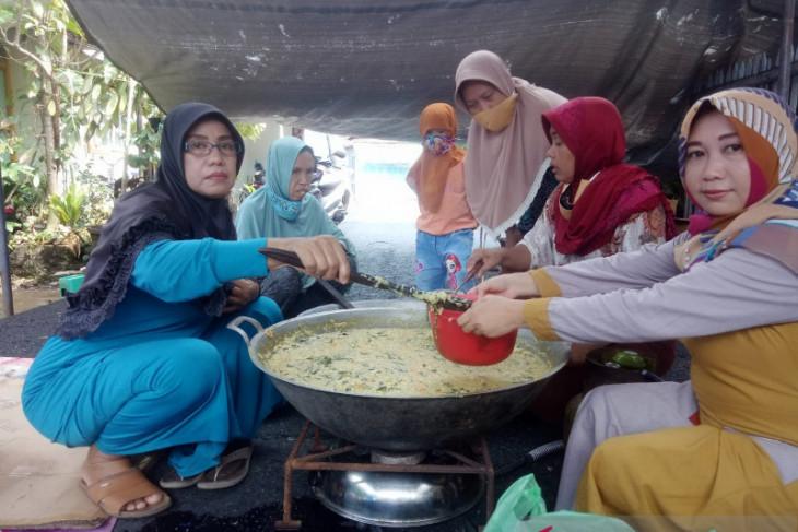 Golkar Banjarmasin gelar tradisi buat bubur Asyura bersama ibu-ibu Komplek PWI