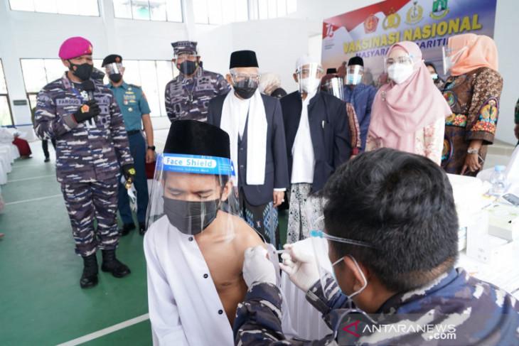 Wapres Ma'ruf Amin tinjau vaksinasi COVID-19 di Pesantren An-Nawawi Tanara
