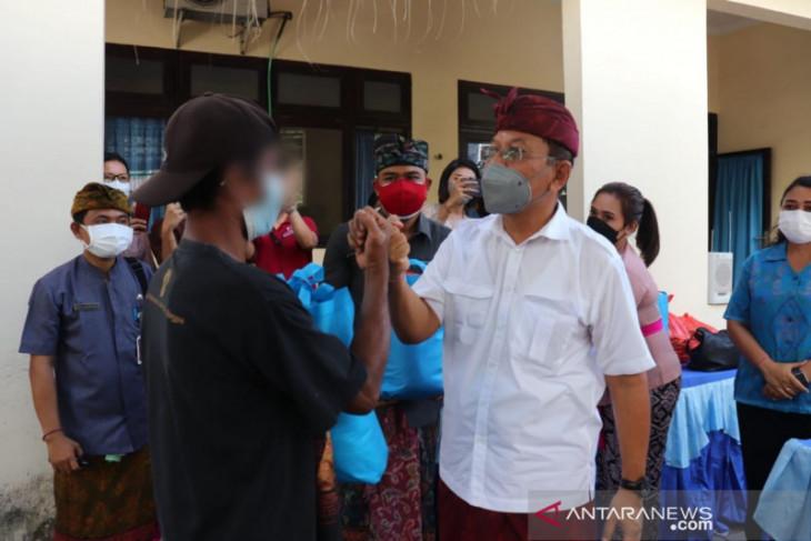 150 ODHA terima bantuan sembako dari Wakil Bupati Buleleng