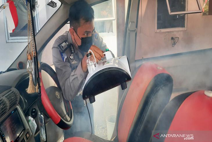 Polda Kalsel berikan fogging disinfektan gratis untuk kendaraan cek fisik di Samsat