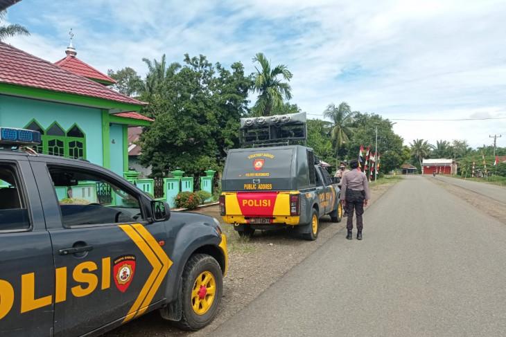 Polisi menegur sebagian pedagang melanggar prokes di Mukomuko