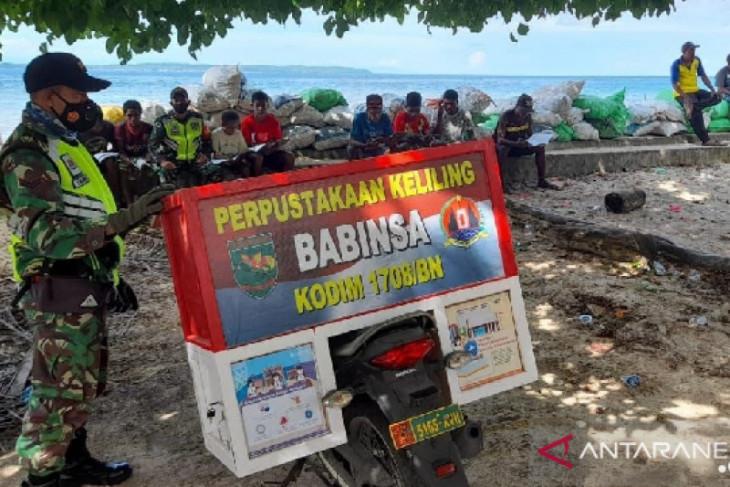 Mantap Babinsa Biak Papua sediakan perpustakaan keliling untuk warga