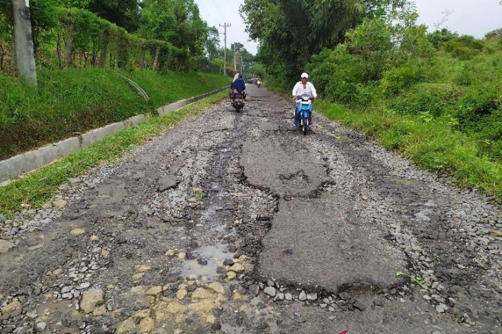 Warga  Dolok Batu Nanggar Simalungun  harapkan perbaikan jalan yang rusak puluhan tahun