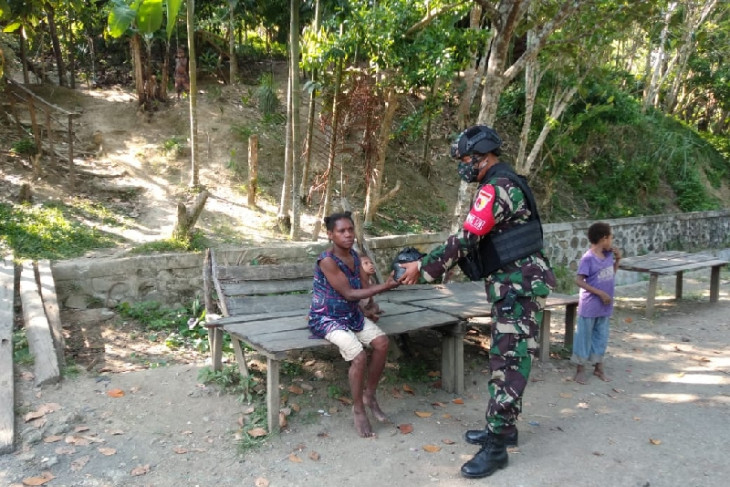 """Soldiers distribute """"sembako"""" to Yuwainda villagers in Papua's Keerom"""
