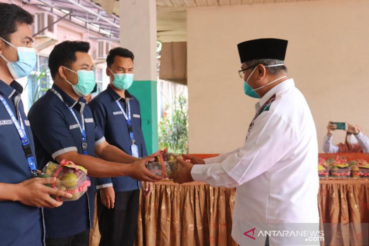 Penyerahan paket buah nakes dan pasien COVID-19 tandai GBN HSS