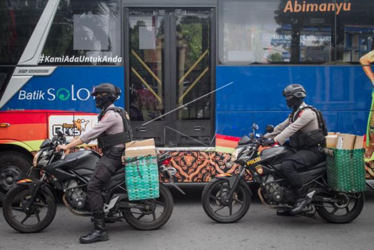 Polisi bagikan bansos dengan sepeda motor bronjong