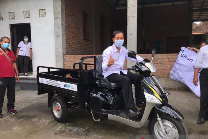 PLN UPT Bali salurkan dua motor roda 3 kepada masyarakat Desa Buwit-Tabanan