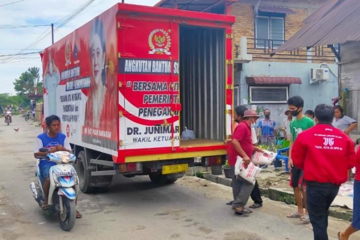 Junimart Girsang salurkan bantuan beras untuk warga Simalungun