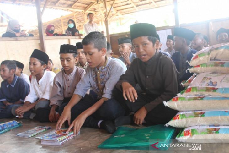 ACT Maluku salurkan 1.000 paket beras untuk santri kepedulian sosial