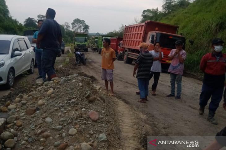 Seratusan warga di Bengkulu Utara hadang truk batu bara