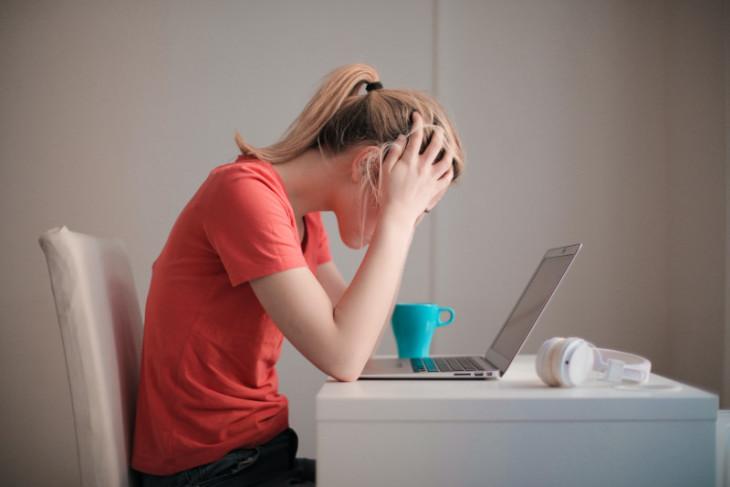 Sering cek gejala gangguan mental di Internet justru bikin panik, ini kata psikolog