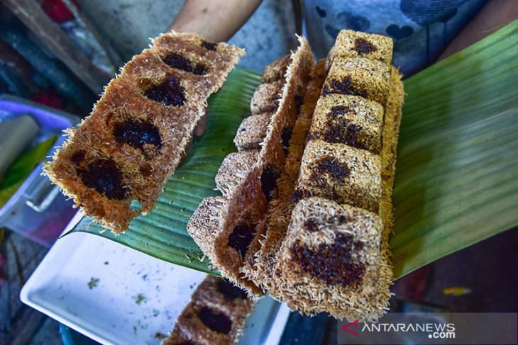 VIDEO - Kuliner tradisional Maluku bagaimana membuat Sagu Gula dengan kayu bakar dan oven batu