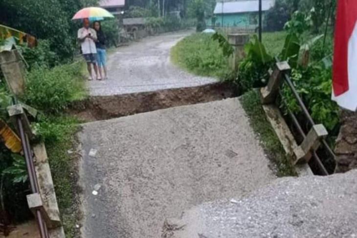 Aceh Tamiang dilanda banjir, satu jembatan ambruk