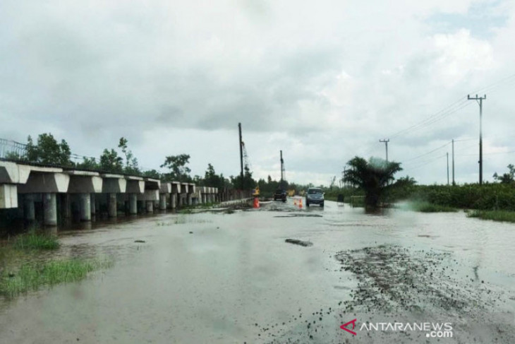 Banjir genangi satu kilometer  ruas jalan Trans Kalimantan