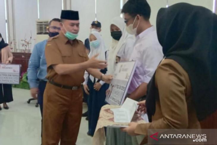 Pemkot Tanjungbalai-Bank Sumut serahkan 115 BTSP SMK dan SMP