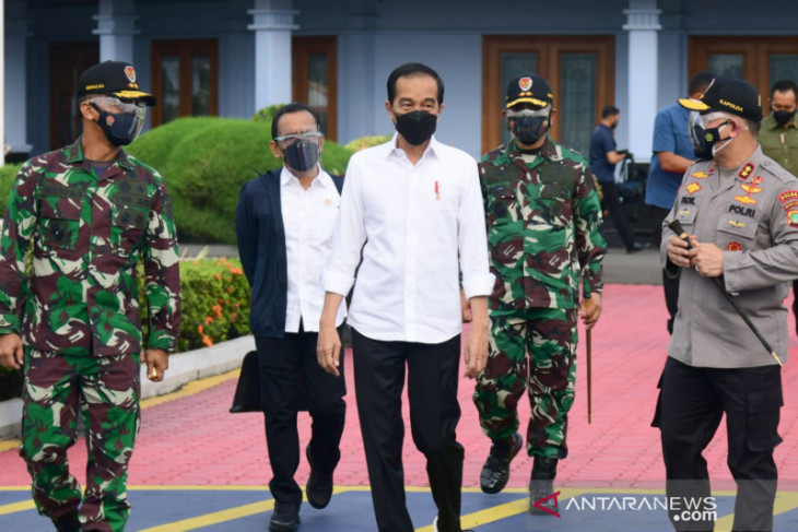 Presiden Jokowi tinjau vaksinasi di Cirebon