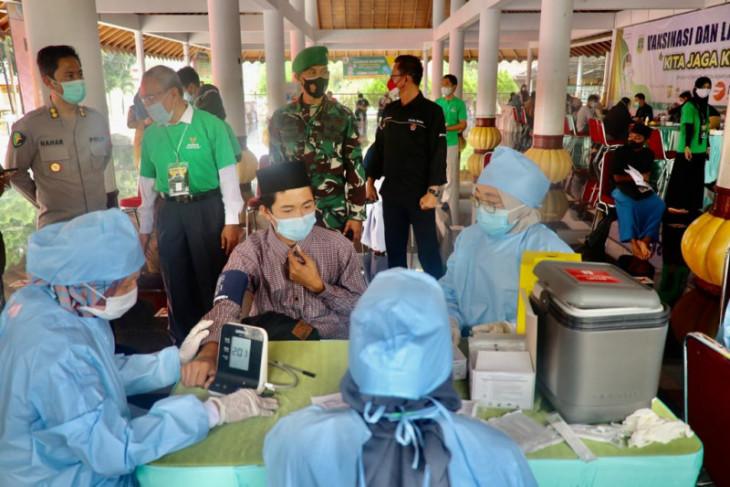 Polda Banten bersama Baznas gelar vaksinasi kyai dan santri