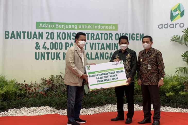 Adaro hands over 65 oxygen concentrators to Tabalong, Balangan