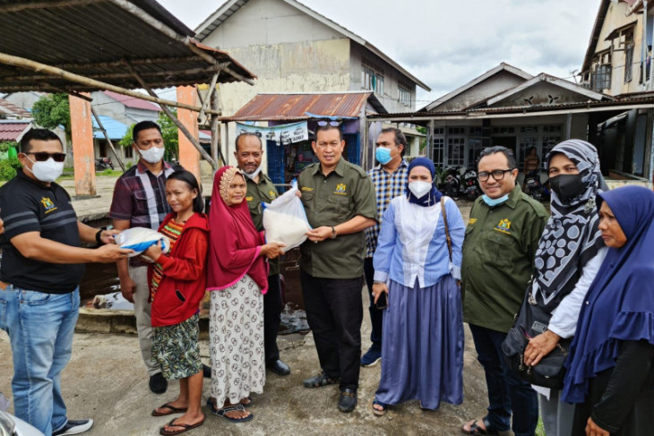 Kadin Kalbar bagikan 1.000 karung beras bagi masyarakat terdampak COVID-19